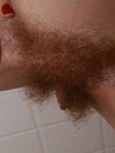 Чикса хочет побрить в ванне волосатую вагину