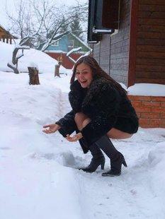 Зимой разделась до гола у дома