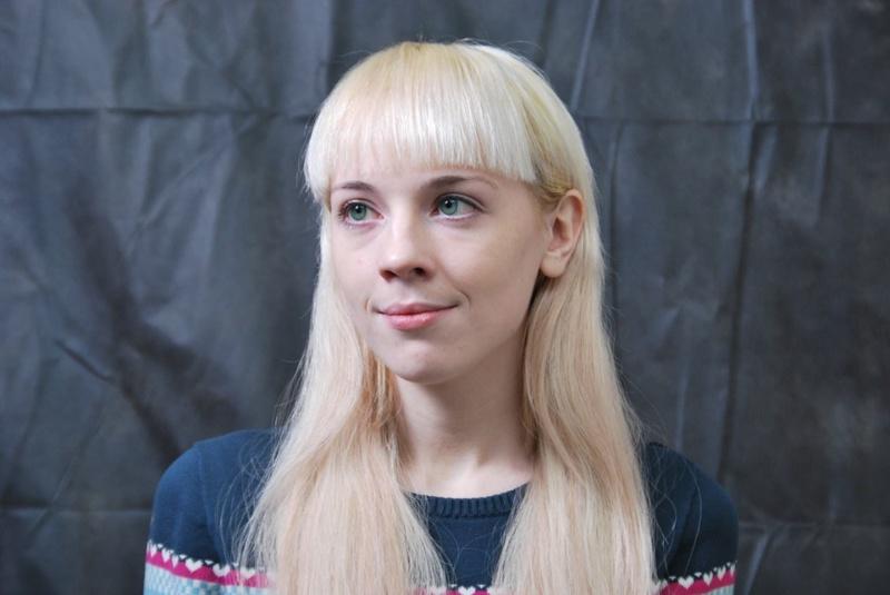 Худая блондинка меряет белье с платьем и пошло позирует дома 1 фото