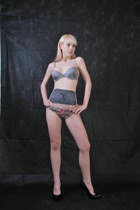 Худая блондинка меряет белье с платьем и пошло позирует дома 3 фото