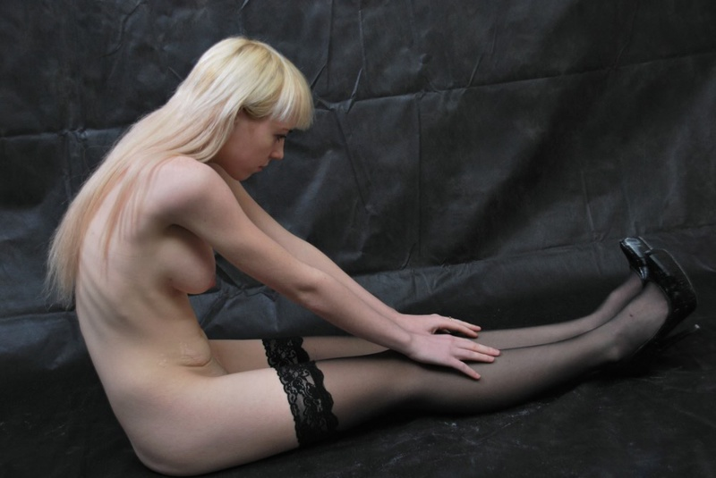 Худая блондинка меряет белье с платьем и пошло позирует дома 4 фото