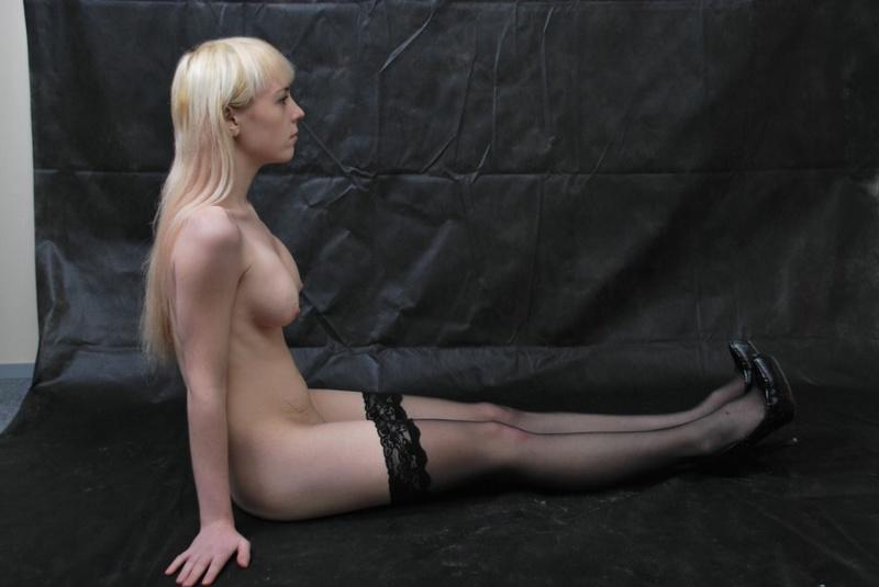 Худая блондинка меряет белье с платьем и пошло позирует дома 5 фото