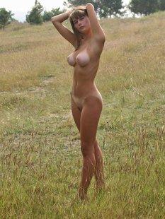 Голая милашка прогуливается по полю
