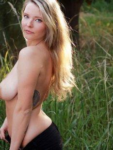 Одинокая мамка с пирсингом в больших сиськах разделась в лесу
