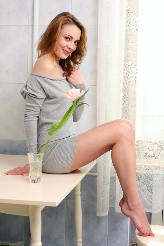 Голая милашка нюхает цветок на кухне 2 фото