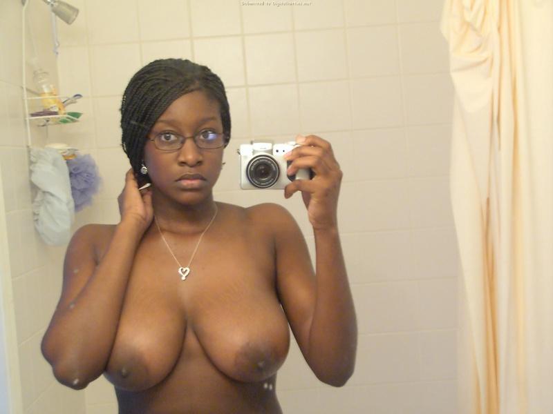 Мулатка с косичками разделась в ванной 16 фото