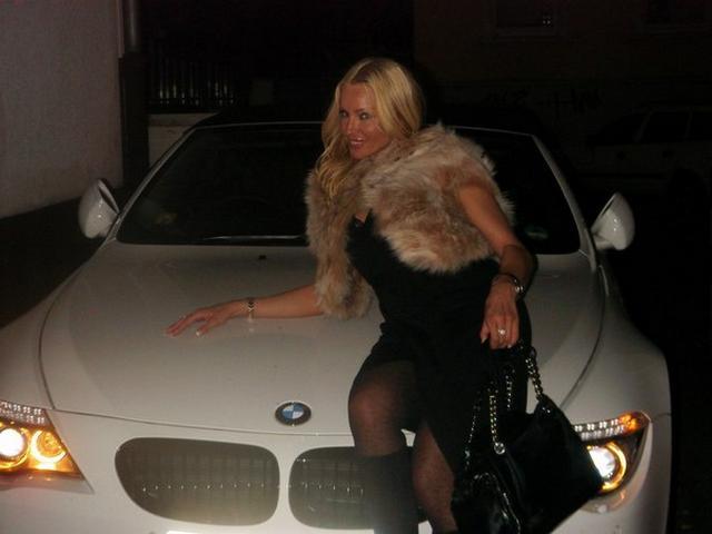 Замужняя блондинка с длинными ногами позирует для молодого любовника 20 фото