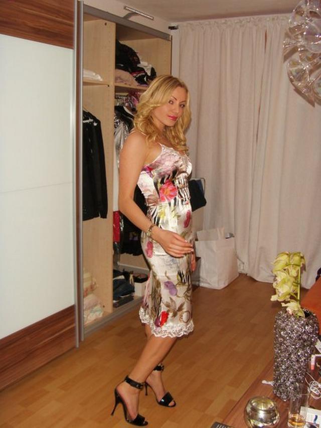Замужняя блондинка с длинными ногами позирует для молодого любовника 25 фото