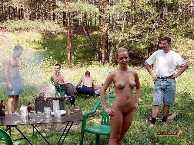 Молодые тёлки без одежды дома и на природе 14 фото