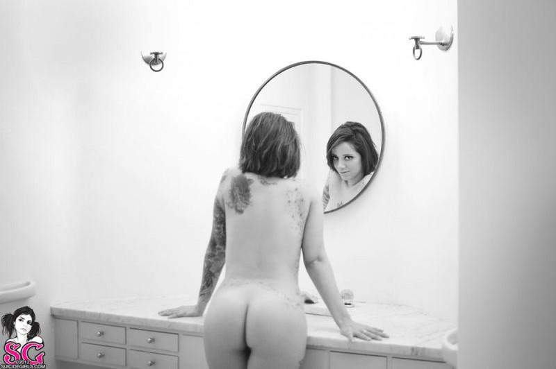 Черно-белые снимки татуированной неформалки с пирсингом в ванной 11 фото