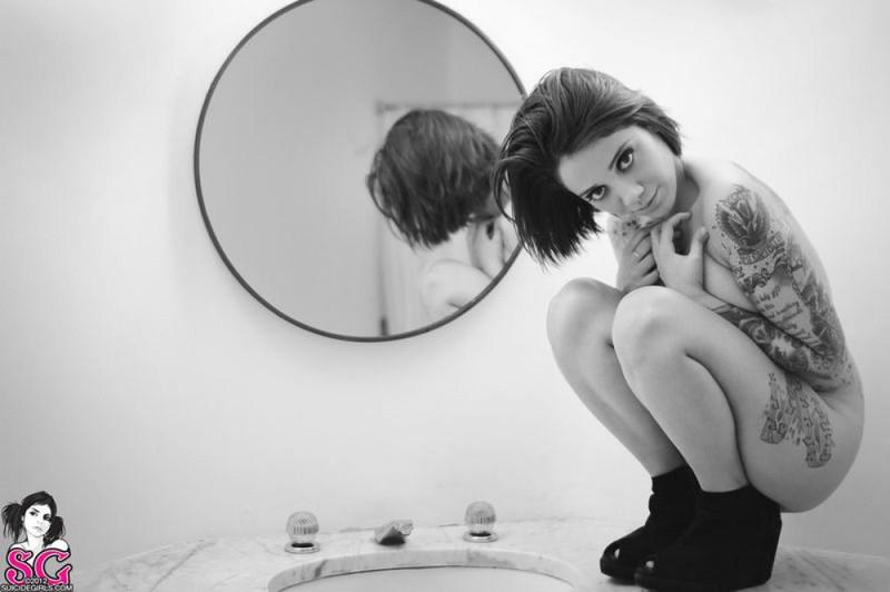 Черно-белые снимки татуированной неформалки с пирсингом в ванной 15 фото