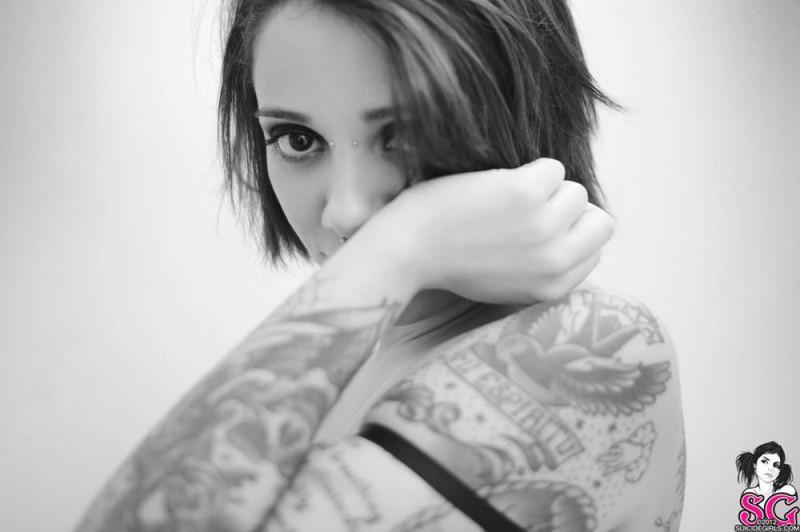 Черно-белые снимки татуированной неформалки с пирсингом в ванной 33 фото