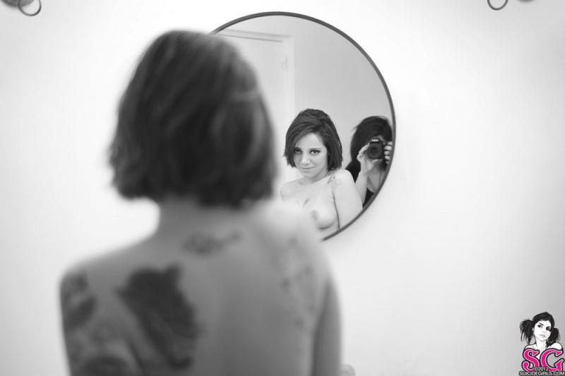 Черно-белые снимки татуированной неформалки с пирсингом в ванной 36 фото