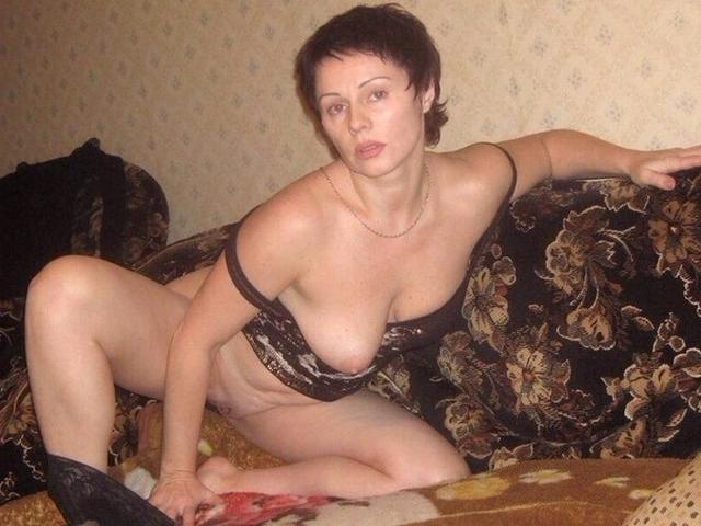 Аппетитные мамочки из России виляют сочными попками и голыми титьками 22 фото