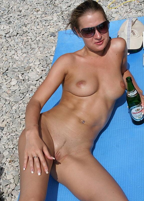 Две обнаженные девушки пьют пиво на нудистском пляже 19 фото