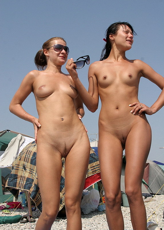 Две обнаженные девушки пьют пиво на нудистском пляже 8 фото