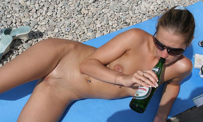 Две обнаженные девушки пьют пиво на нудистском пляже 20 фото
