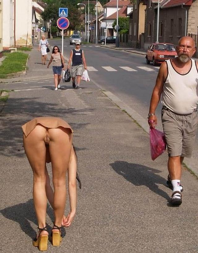 Девушки без трусиков в юбках светят голыми кисками в городе 5 фото