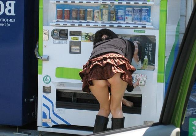 Девушки без трусиков в юбках светят голыми кисками в городе 19 фото