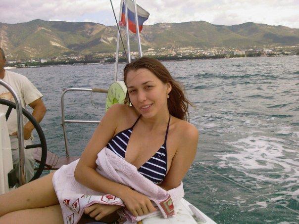 Русская эро-модель позирует на курорте 5 фото
