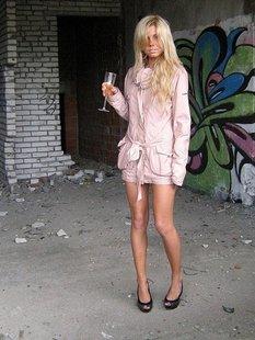 Оголенная блондинка прогуливается по заброшенной стройке