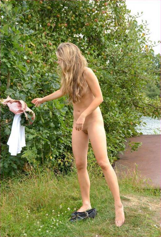 Голая девица из русской деревни гуляет в безлюдных местах 2 фото