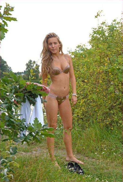 Голая девица из русской деревни гуляет в безлюдных местах 1 фото
