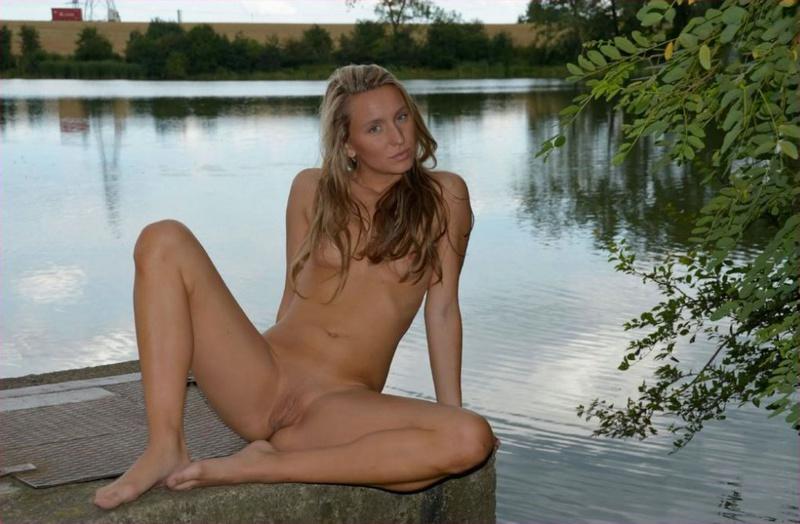 Голая девица из русской деревни гуляет в безлюдных местах 20 фото