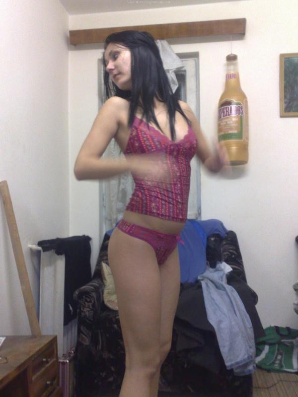 Брюнетка позирует парню в белье и эротической одежде 13 фото