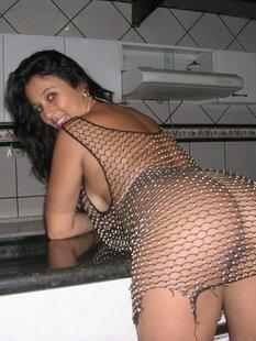Бразильская тусовщица позирует перед камерой голышом