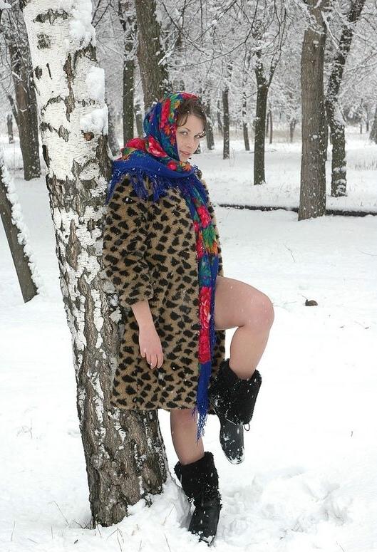 Деревенская девушка в гуляет по полю голая на морозе зимой 1 фото