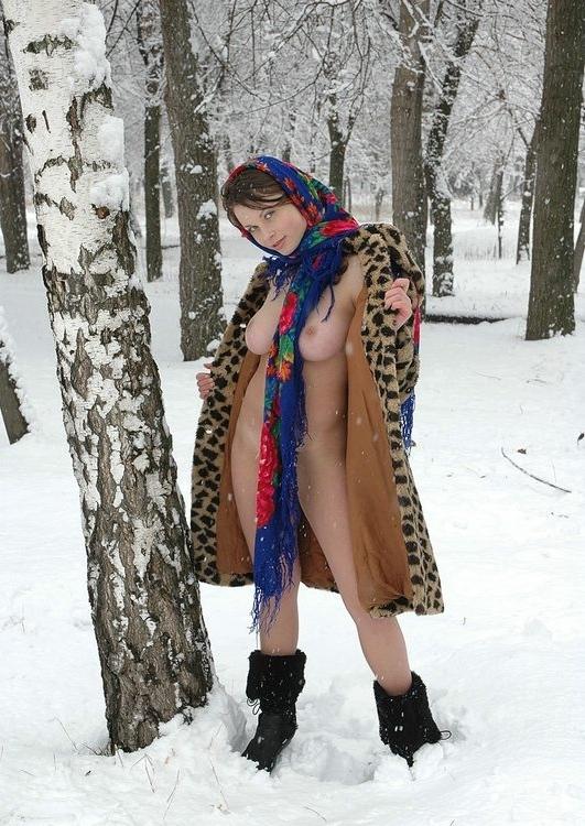 Деревенская девушка в гуляет по полю голая на морозе зимой 3 фото