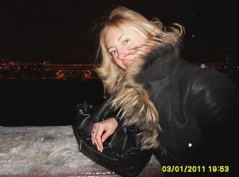 Красивая блондинка с большими сиськами в жизни и в студии 3 фото