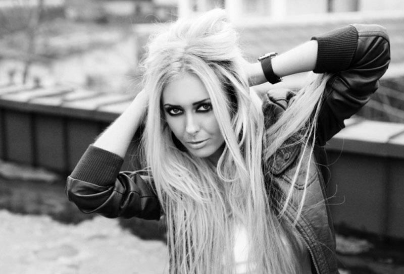 Красивая блондинка с большими сиськами в жизни и в студии 9 фото