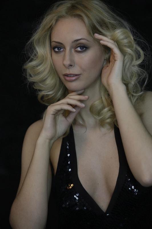 Красивая блондинка с большими сиськами в жизни и в студии 5 фото