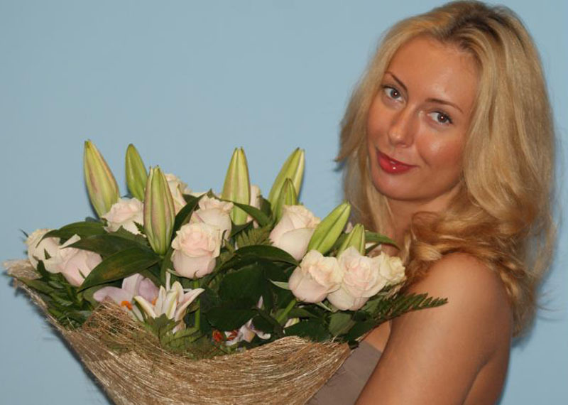 Красивая блондинка с большими сиськами в жизни и в студии 1 фото
