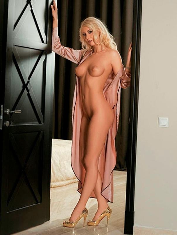 Красивая блондинка с большими сиськами в жизни и в студии 19 фото