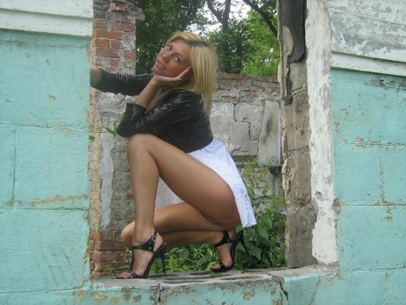Загорелая блондинка на каблуках сняла одежду в заброшенном здании 1 фото