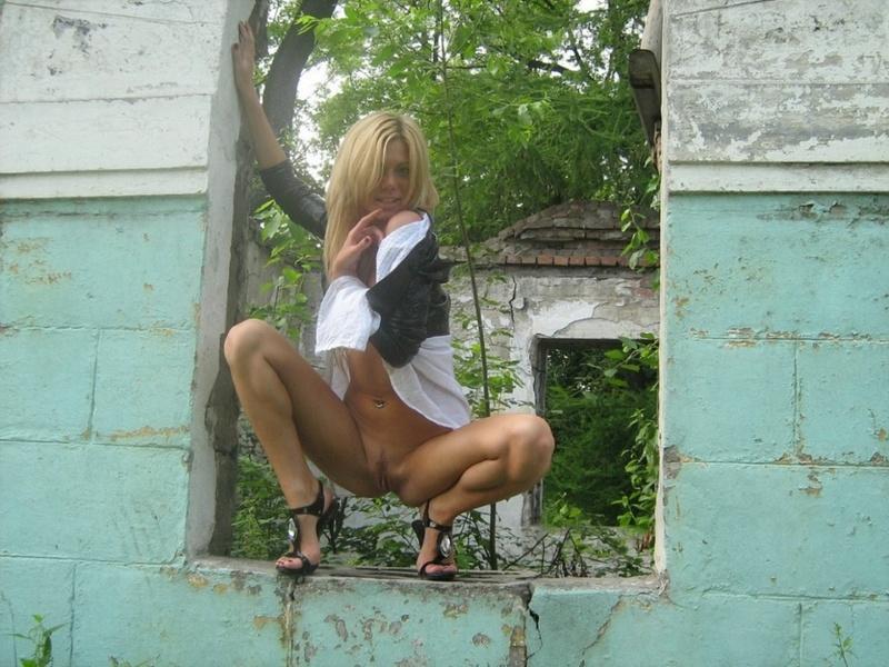 Загорелая блондинка на каблуках сняла одежду в заброшенном здании 4 фото