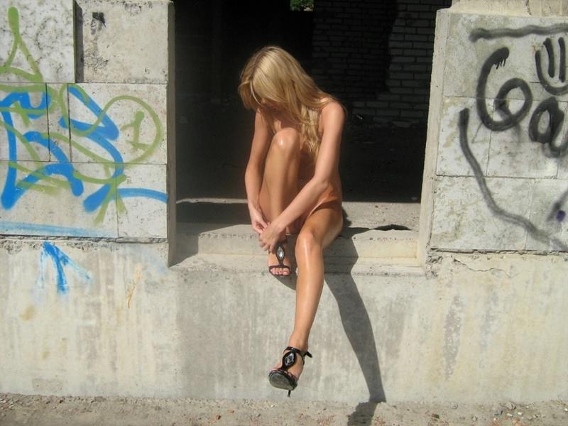 Загорелая блондинка на каблуках сняла одежду в заброшенном здании 14 фото