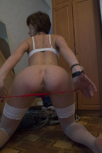 Худая разведенка с каре светит киской и очком в эротичной одежде 10 фото