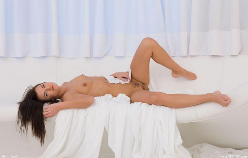 Худенькая брюнетка демонстрирует своё тело в разных позах 21 фото