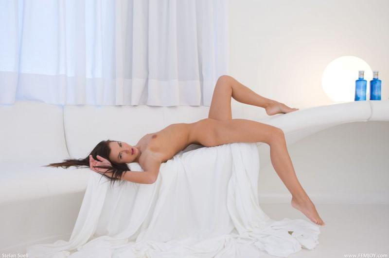 Худенькая брюнетка демонстрирует своё тело в разных позах 20 фото