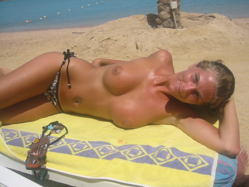 Девушка с большой грудью загорает топлесс трахается с хахалем 7 фото