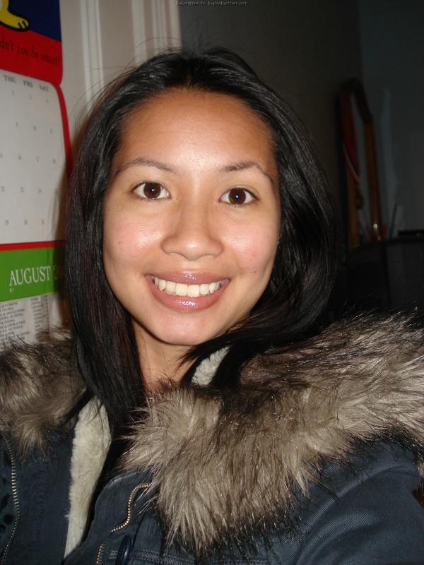 Азиатка позирует на кровати голая и делает пошлые селфи 14 фото