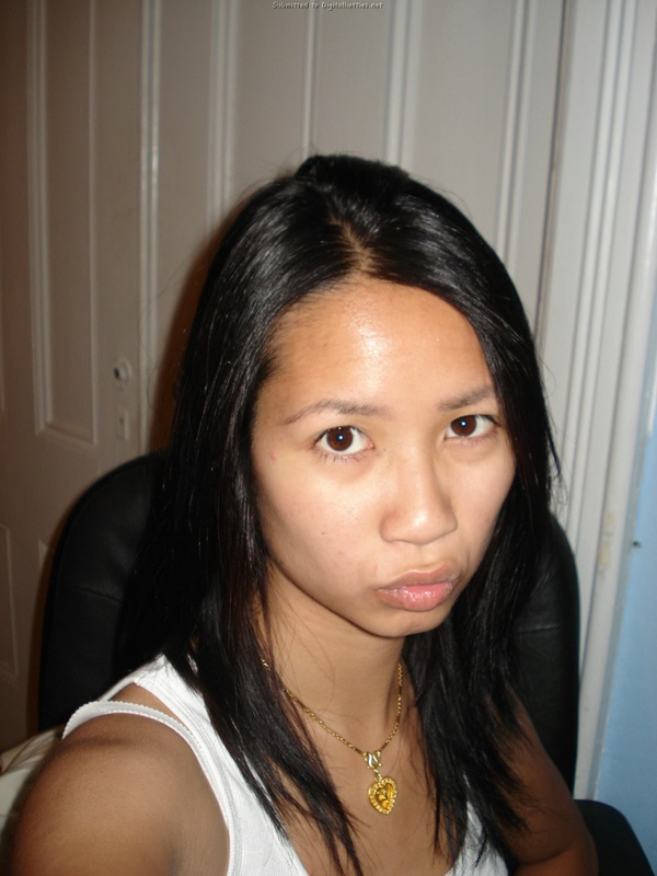 Азиатка позирует на кровати голая и делает пошлые селфи 1 фото