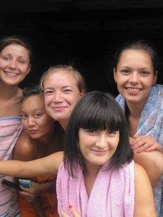 Молодые девки развлеклись в селе