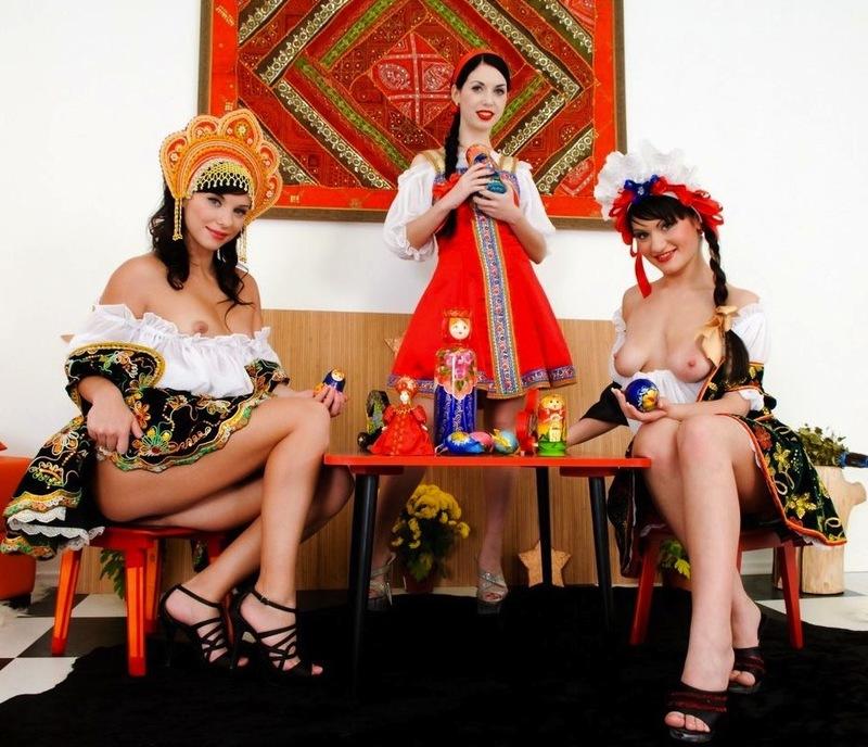Три прикольные девушки трахают себя в анусы в народной одежде 1 фото