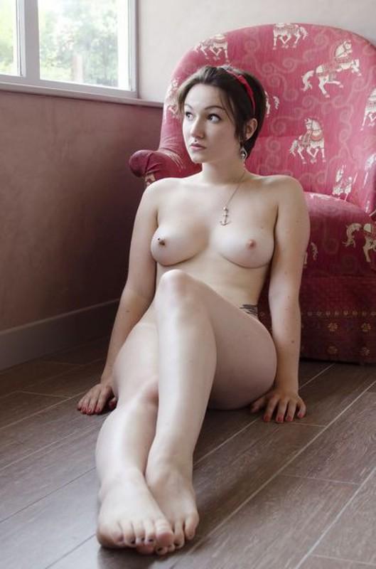 Пинап эротика брюнетки с округлыми формами 1 фото