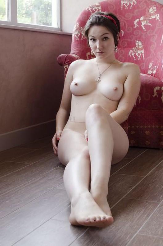 Пинап эротика брюнетки с округлыми формами 9 фото